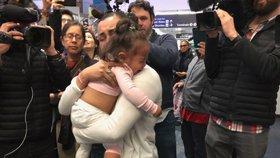 """""""Přestaňte ubližovat rodinám,"""" vzkazují migranti Trumpovi. Úřady po měsíci vrátily roční holčičku"""