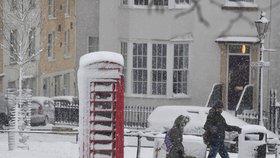 """Evropa pod sněhem: Zavřené silnice i školy, laviny v Alpách. Britové mluví o sněhové """"apokalypse"""""""