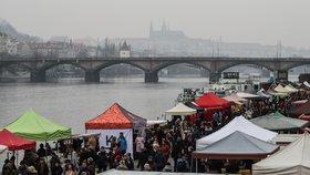 Farmářské trhy se vrací do Prahy: Postupně se otevřou na náplavce, Kubánském náměstí i Heřmaňáku