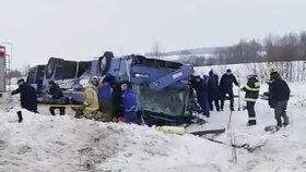 Autobus s dětmi skončil na střeše v příkopu: 7 mrtvých!