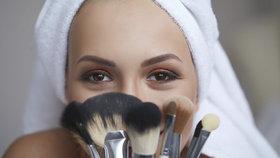 Špinavé kosmetické štětce vám zničí pleť! Jak je správně mýt?