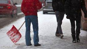 Syna nutil odklízet sníh jen v tričku a bez bot. Otce čeká mastná pokuta