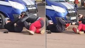 Řidiči se po sobě váleli na pardubické benzince: Rvačka kvůli 10 centimetrům