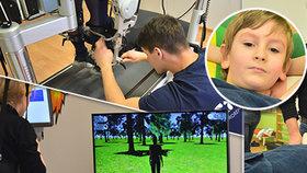 Ochrnutý Tadeášek (6) po mozkovové obrně se poprvé proběhl: Pomohl mu speciální robot a virtuální realita