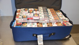 Pašování tabáku do Česka pokračuje: Celníci na letišti chytli další poslíčky s cigaretami