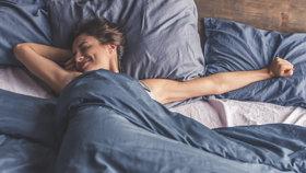 V jaké poloze spíte? Známe ideální i tu, která vám vážně škodí!
