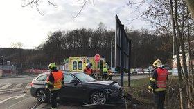 Opilému řidiči se nepovedlo odbočení: V Plzeňské narazil do stromu