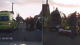Třináctiletý chlapec na motorce naboural do auta před sebou! Letěl pro něj vrtulník