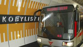 V Kobylisích spadla mladá žena pod soupravu! Metro nejezdilo zhruba hodinu