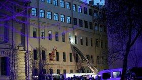 Část univerzity se zřítila. Desítky studentů evakuovali, dělníci utekli na poslední chvíli