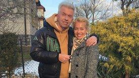 Svěceného vyvedla z nemocnice po dvou měsících blonďatá kráska! Bude dobře, věří