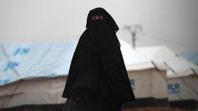 """Nevěsta ISIS chtěla """"prolívat americkou krev"""". Teď prosí o odpuštění a chce zpátky domů"""