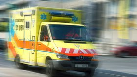 Muž se po pádu z bunkru nabodl na kovovou tyč: Do nemocnice ho vezli i s kůlem