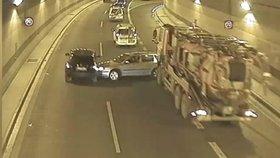 VIDEO: Řidiči-šílenci v pražských tunelech: Bourají do sebe, vytlačují se z pruhů