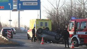 U letiště se po nehodě obrátilo auto na střechu. Cestovalo v něm čtyřměsíční miminko