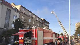 Plameny zachvátily půdní byt v Kobylisích! Hasiči bojovali s ohnivým živlem