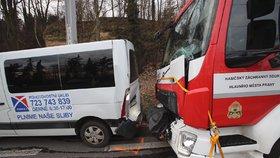 Cestou k požáru bouraly tři hasičské vozy s dodávkou. Jeden hasič utrpěl poranění hlavy