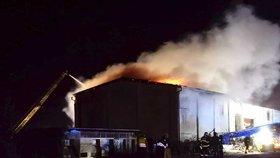 V Oseku na Berounsku hořela hala: Škoda v milionech, hasiči museli budovu rozebrat