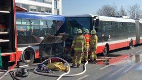 U letiště v Praze bouraly dva autobusy MHD. Na místě se zranili dva lidé