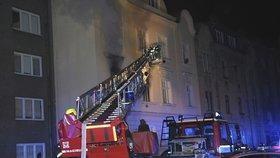 Byt ve Strašnicích shořel na prach: Hasiči zachránili sedm lidí, škoda je dva miliony