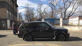 Střelba na Letné! Rozstřílený Range Rover v Kamenické! Ujížděl policii, přejel chodce
