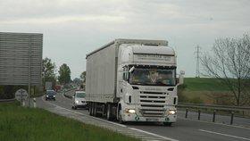 Zákaz jízdy kamionů v levém pruhu? Poslanci blokují zrychlené projednávání