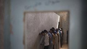 Vynucená přiznání a mučení. Děti ISIS promluvily o hrůzách v iráckých vězeních