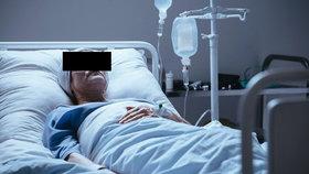 Sanitářka měla udusit pacientku chlebem se salámem! Policie ji obvinila, soud ji pustil