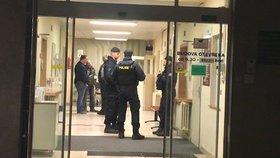 """""""Neumíme ohlídat vnos zbraní nebo výbušnin,"""" říká po střelbě ve vinohradské nemocnici její ředitel Robert Grill"""