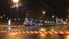 V Praze 8 padaly desky ze stavby: Silný vítr a déšť potrápil Pražany, hasiči odčerpávali vodu ze sklepů