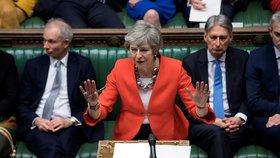 Britští poslanci schválili odklad brexitu. V zemi panuje chaos