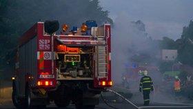 Plameny zachvátily rodinný dům na Kroměřížsku: Na místě jsou zranění!