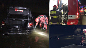 Hasiči uspořádali výlov auta: Řidič ho zaparkoval na dně rybníka