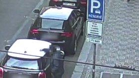 "Vandal ničil auta v centru Prahy! ""Mám schizofrenii,"" prozradil. Usvědčil ho zapalovač se zbytky laku"