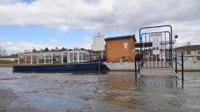 Velká voda komplikuje provoz na Vltavě: Přívoz nahrazující Trojskou lávku nejezdí