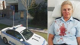 Blonďatá policistka skončila s rozbitým nosem. Na stanici ji zbil zadržený muž