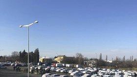 """""""Letištní"""" taxikáři zaplnili Strahov: Protestují proti výpovědím, chtějí řešit interní spory"""