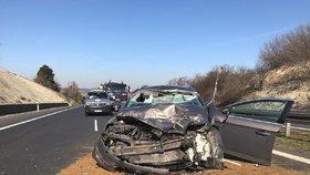 D7 na Prahu uzavřela vážná nehoda: Auto zezadu napálilo do kamionu, pro řidiče letěl vrtulník