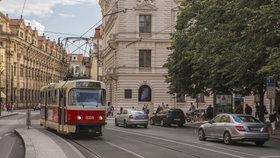 V centru Prahy praskla kolej! Tramvaje mezi Národním divadlem a Staroměstskou nejezdily
