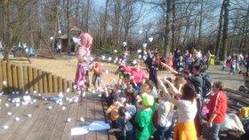 Netradiční vítání jara v brněnské ZOO: Smrtku děti ukamenovaly papírovými koulemi