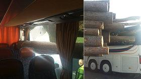 Klády skončily po nehodě zapíchnuté v autobuse s dětmi: Zázrakem se nikomu nic nestalo