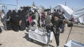 Problémy se ženami džihádistů v táborech: Útočí na vojáky a děti učí propagandu