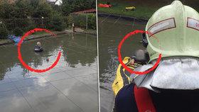Vodník ho málem stáhl do rybníka! Senior si zkrášloval jezírko a uvízl v bahně