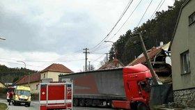 Kamion naboural do dvou domů: Jeden je skoro na spadnutí! Škoda je milion a půl