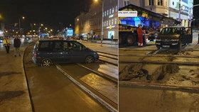 Zkratka přes koleje mu nevyšla: Řidič ve Vysočanech autem najel do čerstvého betonu
