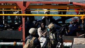 """Migranti unesli loď, která je zachránila. Doplula na Maltu, """"piráty"""" čeká policejní cela"""