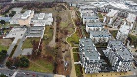 Nové domy, nebo park? Prosečtí obyvatelé brojí peticí proti změně územního plánu