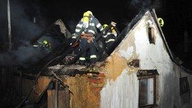 Rodinný domek ve Slivenci zachvátily plameny: Požár likvidovalo padesát hasičů