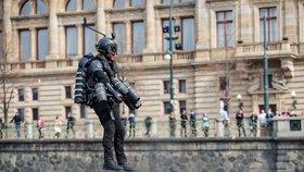 VIDEO: Iron Man svištěl nad Vltavou! Vynálezce v superobleku prolétl pod mostem Legií, přistál ladně