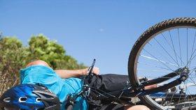 """Cyklista na drahém kole """"sestřelil"""" motorkáře! Ten vletěl pod osobní auto"""